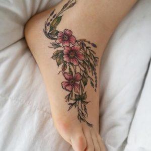 tatuajes de motivos florales en el pie para mujeres